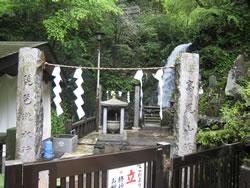 高尾山6号路 びわ滝手前の祠
